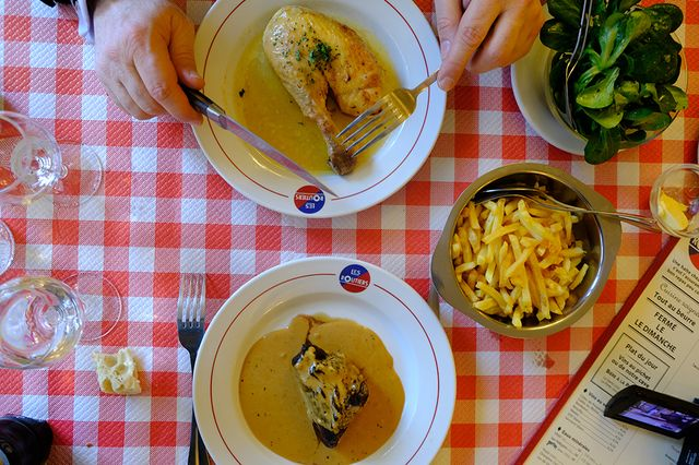 Poulet rôti, steak au poivre et frites