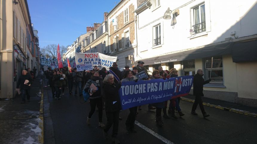 150 manifestants sont partis de l'hopital de Longjumeau pour faire entendre leurs revendications dans les rues voisines.