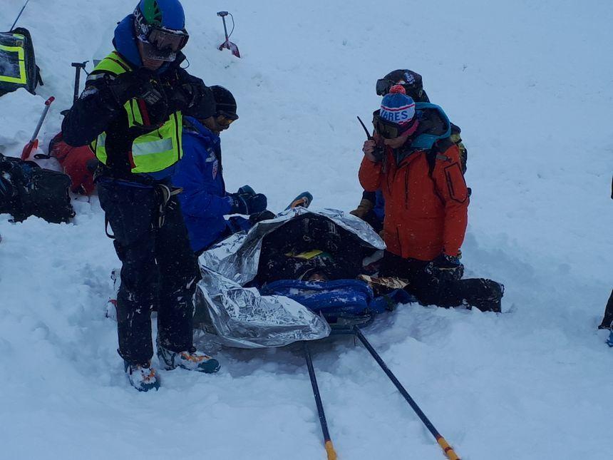 L'équipe médicale prend en charge une victime polytraumatisée sortie de la neige