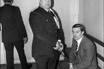 Jérôme Carrein condamné à mort par la Cour d'Assises du Pas-de-Calais en juillet 1976, attend, le 31 janvier 1977, dans la salle des prévenus, l'ouverture de son second procès.