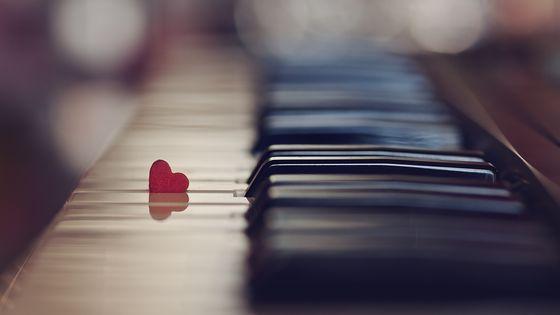 Petit coeur sur piano.