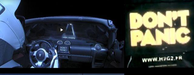 D'un coté le tableau de bord de la Tesla dans l'espace, de l'autre l'écran du voyageur intergalactique dans le film H2G2