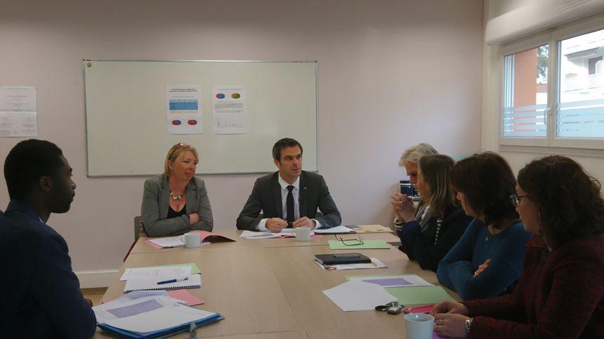 Olivier Véran s'est entretenu avec le personnel du CADA de l'Isère