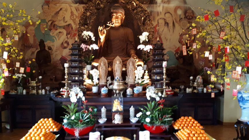 L'intérieur de la pagode vietnamienne de Saint-Herblain; des clémentines pour le Nouvel An en offrande devant l'autel de Bouddha
