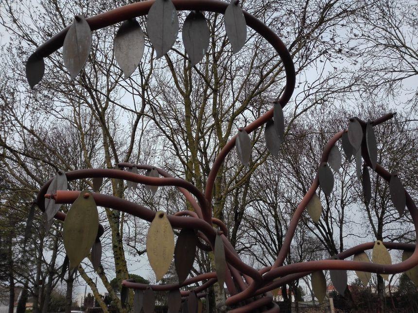 Les noms des défunts dont les cendres ont été dispersées sont inscrits sur des feuilles en laiton