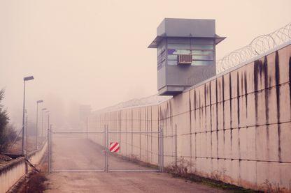 Une prison un jour de brouillard