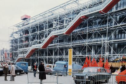 Des ouvriers travaillent, le 26 janvier 1977, sur les tubes d'escalators du centre national d'art et de culture Georges Pompidou à Paris, avant l'inauguration par le président Valery Giscard d'Estaing.