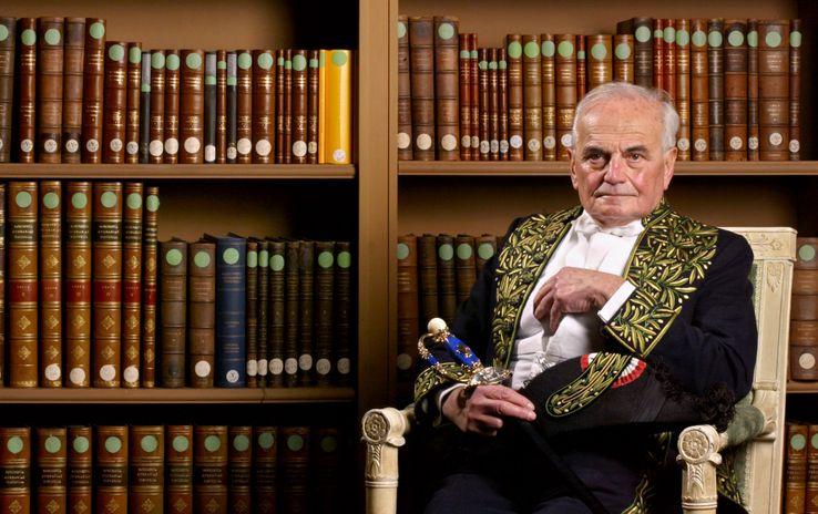 L'académicien Michel Déon est photographié le 04 décembre 2003 dans la bibliothèque de l'Institut de France à Paris. Michel Déon a été élu à l'Académie française le 08 juin 1978 au fauteuil de Jean Rostand.