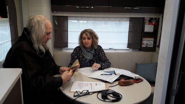 Au fond du bus itinérant des Services Publics, Émilie Wilczinski,chargée d'accueil, aide Alain à finaliser son dossier retraite