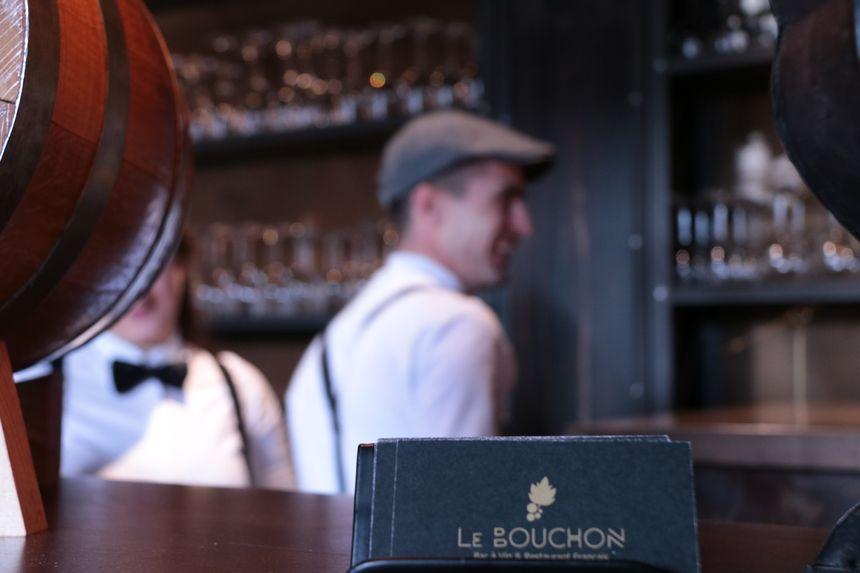 Bretelles, casquette et noeud papillon obligatoires pour les serveurs du Bouchon