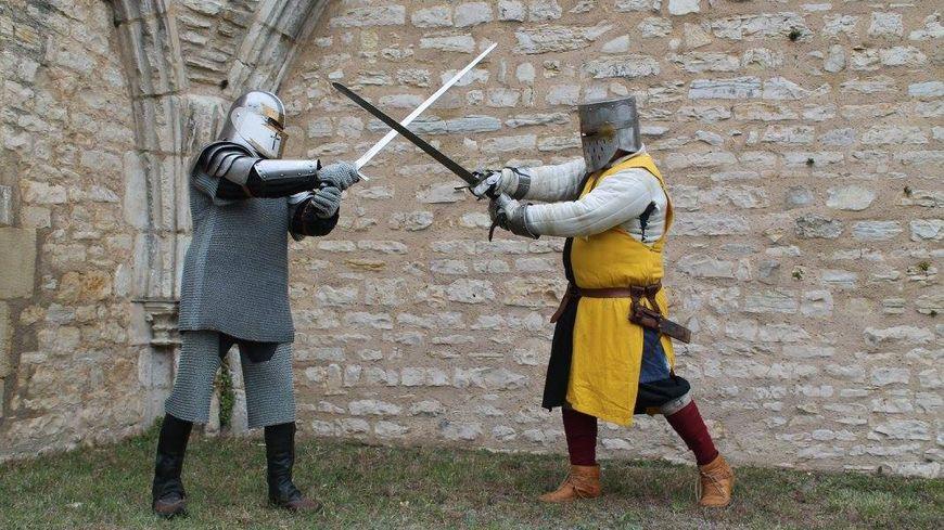 Les historiens amateurs de l'association Les Dragonnes rejouent les combats médiévaux