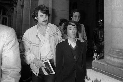 Issei Sagawa qui s'est rendu célèbre pour avoir tué et en partie mangé une étudiante néerlandaise à Paris en juin 1981 escorté par des policiers français en civil le 17 juin 1981, au siège de la préfecture de police de Paris, après un interrogatoire.