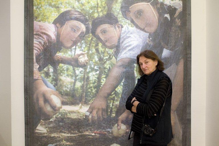 Susan Meseilas au Jeu de Paume devant de ses photos de l'insurrection populaire au Nicaragua