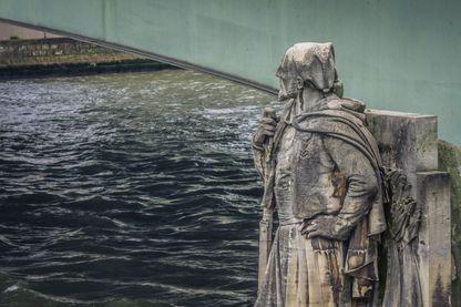 e Zouave du pont de l'Alma, étalon historique des crues de la Seine pour les Parisiens