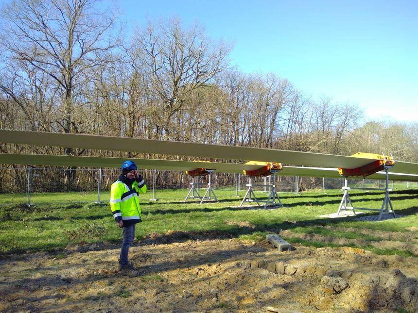 Laurent Houssin, chef de projet à Engie green, devant des pales en attente d'être assemblées à leur rotor