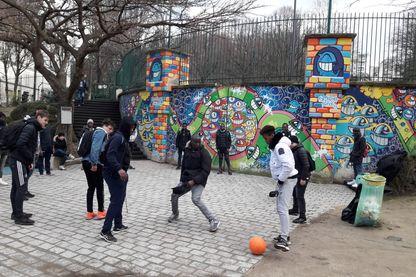 Mineurs Isolés Étrangers à la rue. Match de foot au jardin de la rue Pali-Kao à Belleville, Paris.