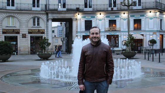 Le claveciniste Bertrand Cuiller sur la Place Graslin de Nantes, le vendredi 3 férvier 2018.