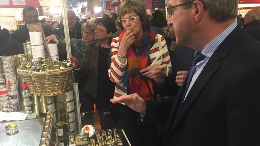 Germinal Peiro et Colette Langlade goûtent du foie gras Grolière du Bugue