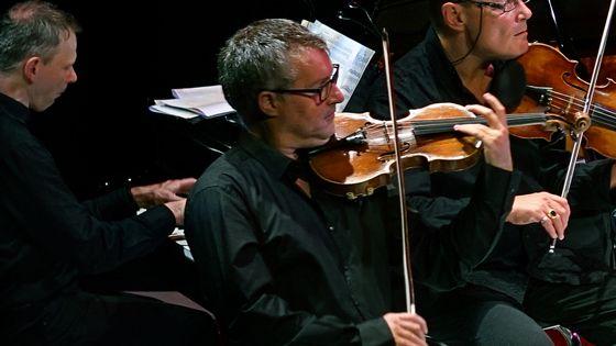 Le violoniste Richard Schmoucler, membre fondateur du Sirba Octet.