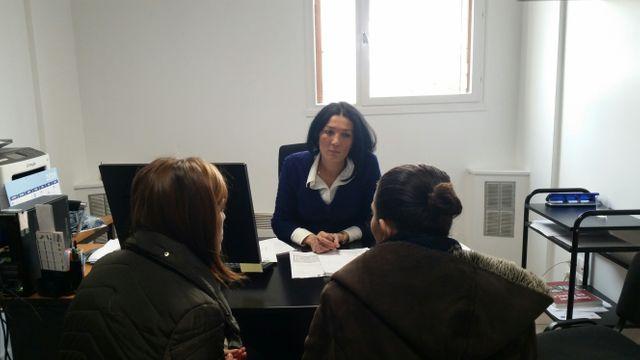 Dans son bureau, Aziza Bouhadjar de l'OFII propose une aide au retour aux demandeurs d'asile albanais