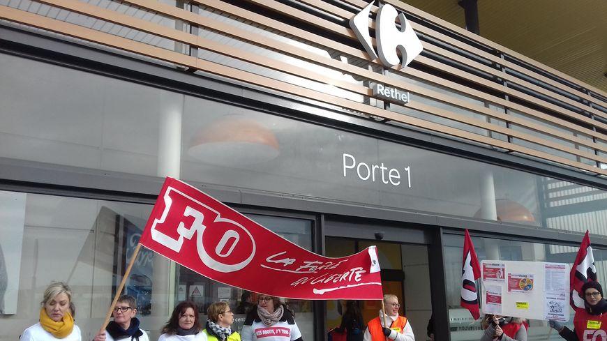 Une trentaine de salariés ont manifesté devant le magasin, sans compter les grévistes et les décrochages.