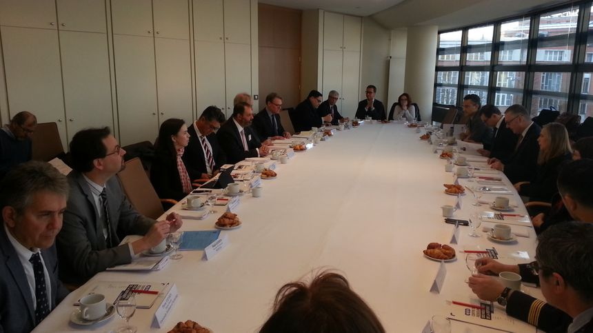 Une bonne partie des membres du cluster de la défense de Bourges, participaient à ce petit déjeuner de travail avec la délégation australienne. - Radio France