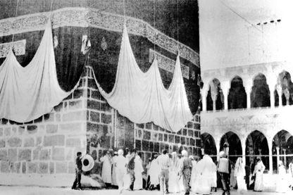 Photo prise le 29 novembre 1979, dans la Grande Mosquée de la Mecque, de la Kaaba, édifice contenant la Pierre noire donnée, selon Mahomet, par l'archange Gabriel à Abraham.