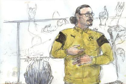 Jawad Bendaoud en train de faire la grimace alors qu'il se trouvait dans le box des accusés pendant son procès au tribunal du palais de justice à Paris le 26 janvier 2018