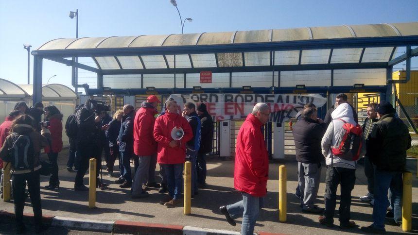 Les salariés ont débrayé devant l'usine pendant deux heures mardi.