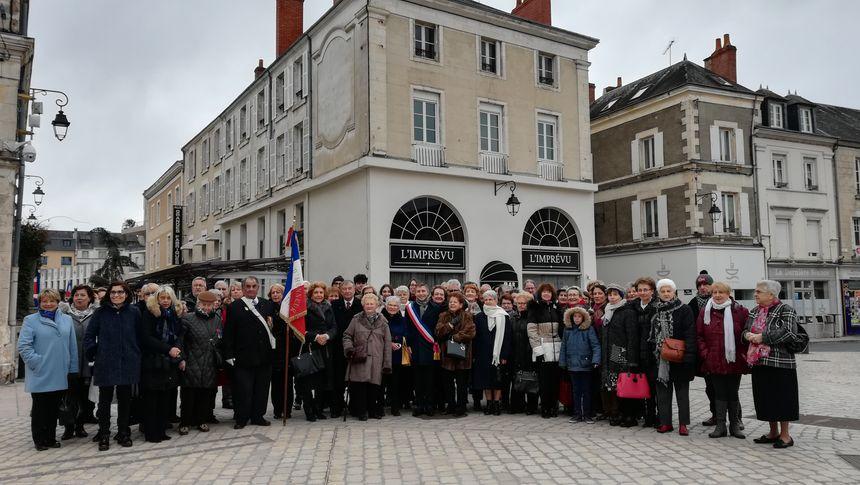 La cérémonie d'inauguration s'est terminée devant l'ancienne pharmacie de Victor Hélin, aujourd'hui transformée en bar