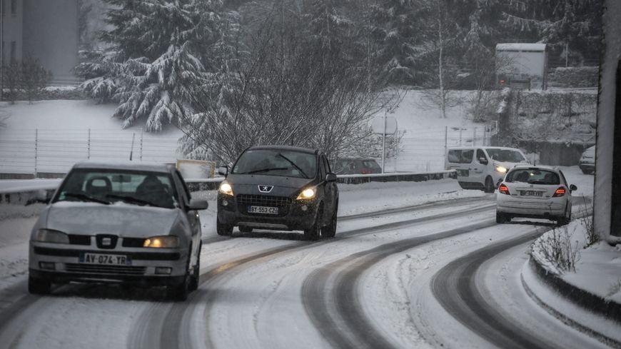 Des voitures sur la neige en région parisienne mercredi