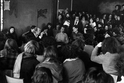 Cours du philosophe Gilles Deleuze à l'Université de Vincennes en 1975.
