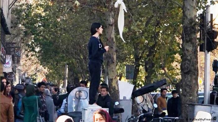 Le 27 décembre, une jeune iranienne enlève son voile, c'est le début du mouvement.