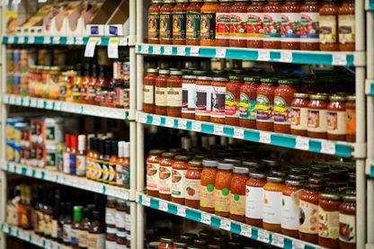 Grand choix de sauce tomate dans un magasin spécialisé aux Etats-Unis