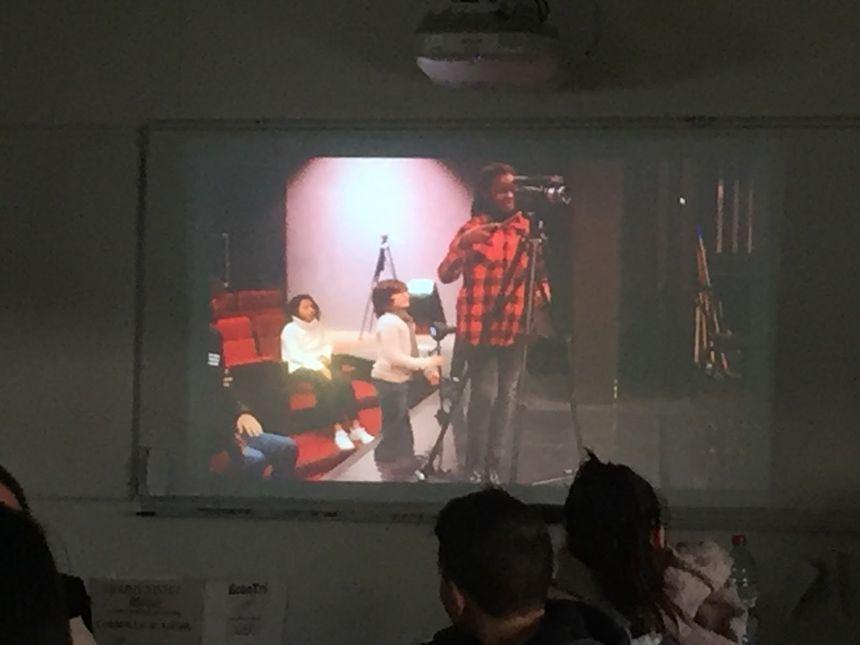 Les élèves du collège Costa Gavras décrivent l'un des films qu'ils ont tourné, ici une photo montrant les coulisses du tournage.