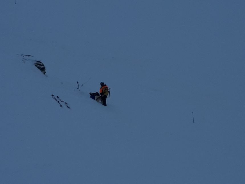 Un skieur blessé a alerté les secours, un pisteur de la station vient le secourir