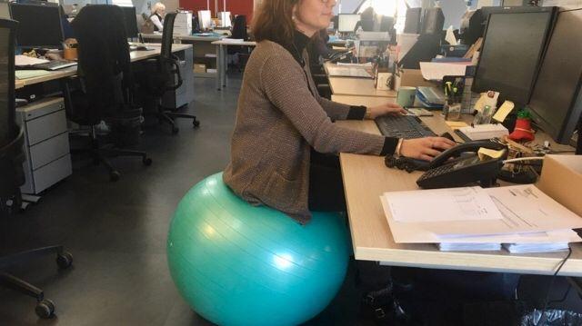 A Rennes Ils Remplacent Leur Siege De Bureau Par Un Ballon Gonflable