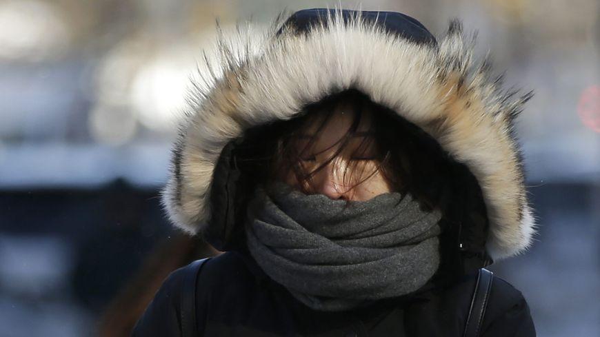 Pour se protéger du froid, le premier réflexe est de bien se couvrir (image d'illustration).