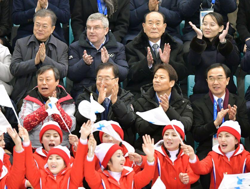 Le président sud-coréen Moon Jae-in (au dernier rang, à gauche) et Kim Yo-jung, la sœur du président nord-coréen, (à droite) applaudissent l'équipe unifiée de Corée lors d'un match de hockey