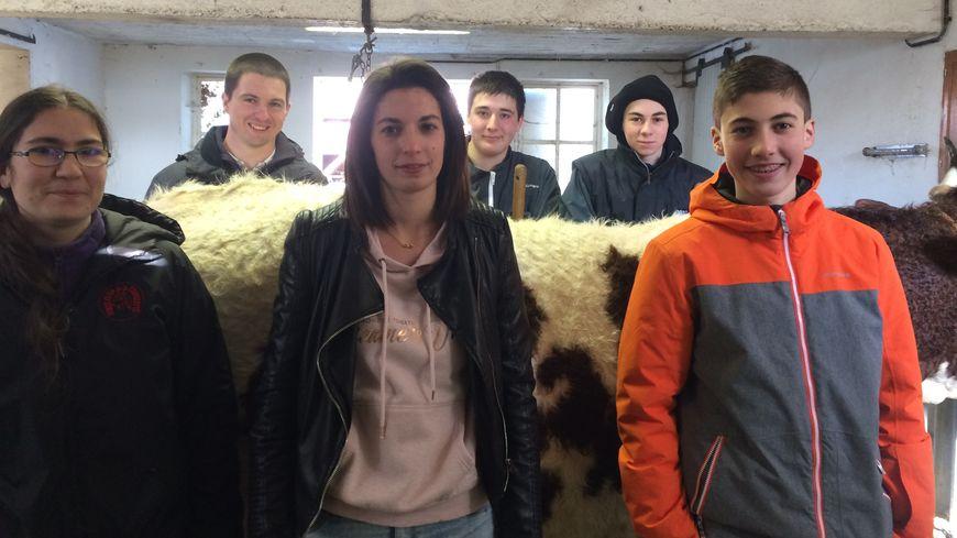 Falaise, entourée d'Agnès, Jérémy Pastourel, Mathilde, Maxime, Benjamin et Flavien