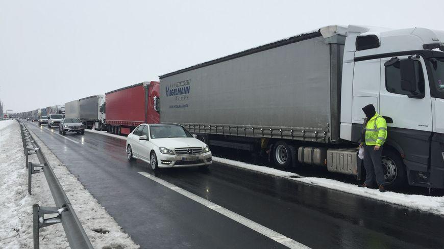 Les camions sont stockés sur deux voies sur une petite dizaine de kilomètres.