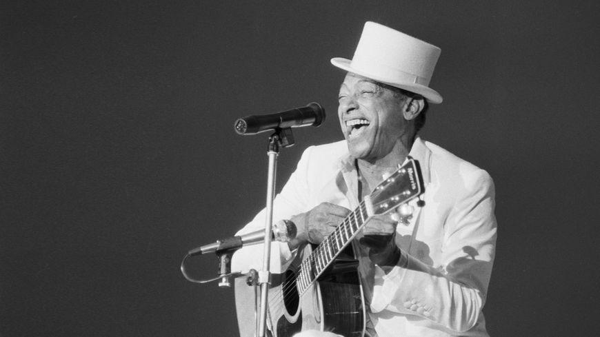 Entre crooner et comique, le chanteur au rire si caractéristique a marqué en 70 ans de carrière des générations entières.