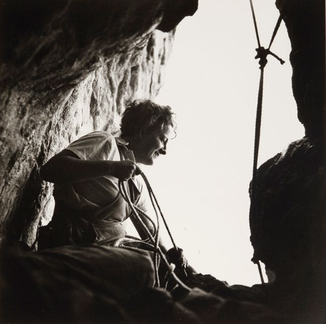Germaine Tillion à l'entrée d'une grotte, Aurès, 1935-1936 Paris, Association Germaine Tillion