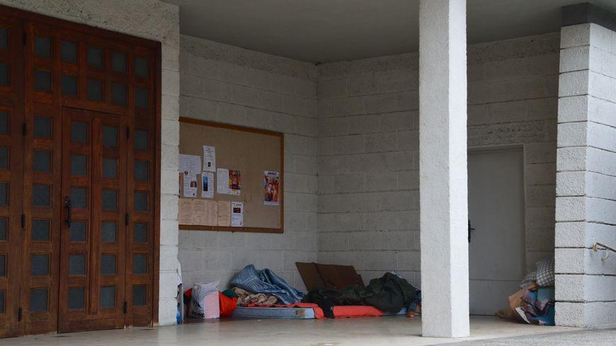 Le porche sous lequel le SDF a été retrouvé mort