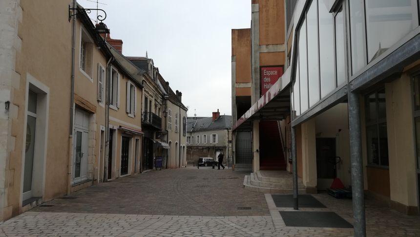La rue Hélin-Lafarge relie la place Monestier à la rue du marché en longeant les Halles