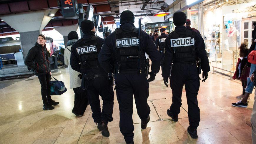 Forces de police à la gare Saint-Charles à Marseille.