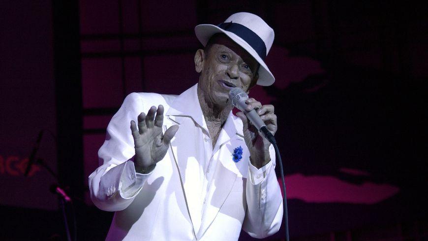 Henri Salvador sur scène en 2002.