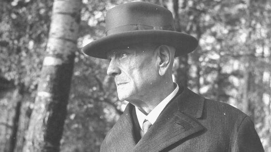 Le compositeur Jean Sibelius marchant dans les bois