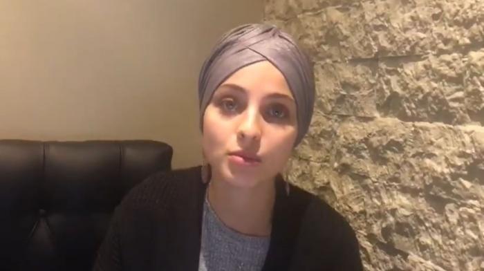 Dans une vidéo postée sur Facebook, Mennel Ibtissam annonce qu'elle quitte la compétition de la saison 7 de l'émission The Voice.