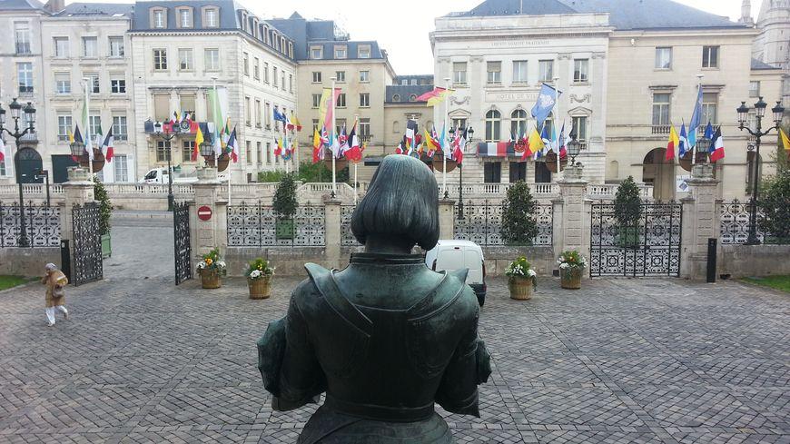 Statue de Jeanne d'Arc devant l'ancien hôtel de Ville d'Orléans